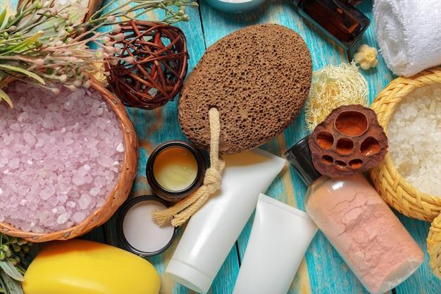 Elementos de spa na mesa de madeira verde
