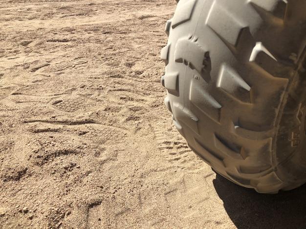 Elementos de uma moto para aventuras turísticas no deserto. pneu com piso para andar em condições especiais.