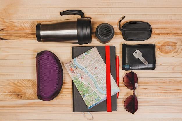 Elementos de viagem em fundo de madeira
