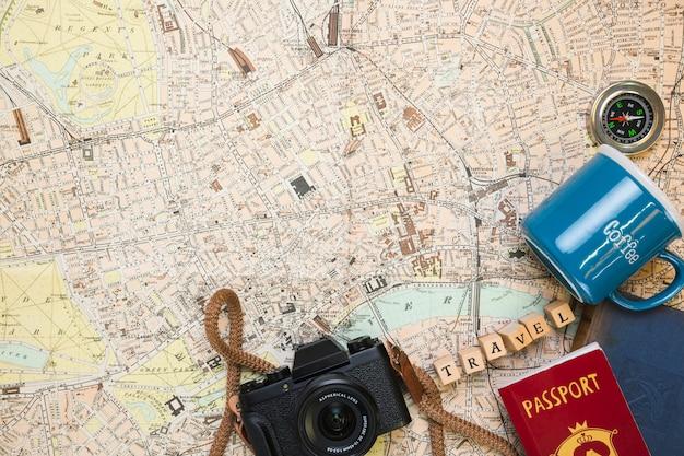 Elementos de viagem no mapa vintage