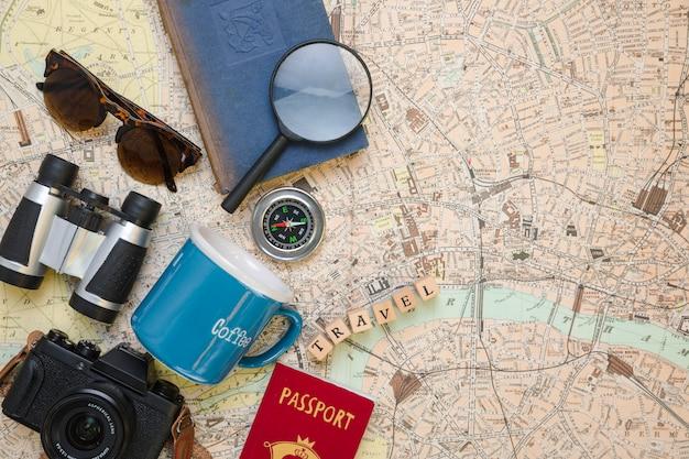 Elementos de viagem vista superior no mapa vintage