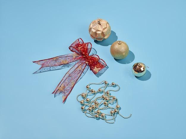 Elementos decorativos de natal em fundo azul