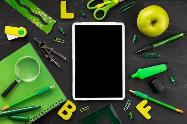 Elementos do dia da educação com tablet