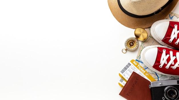 Elementos do kit de viagem com espaço de cópia