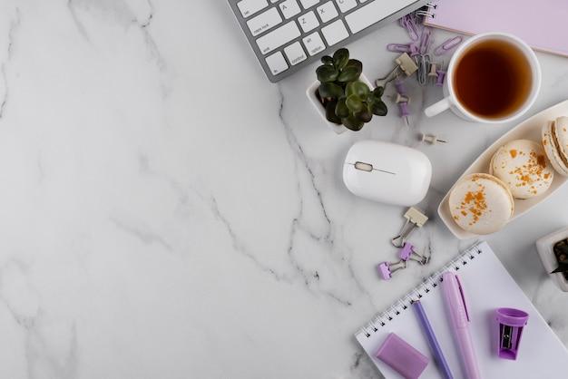 Elementos do local de trabalho na mesa de mármore