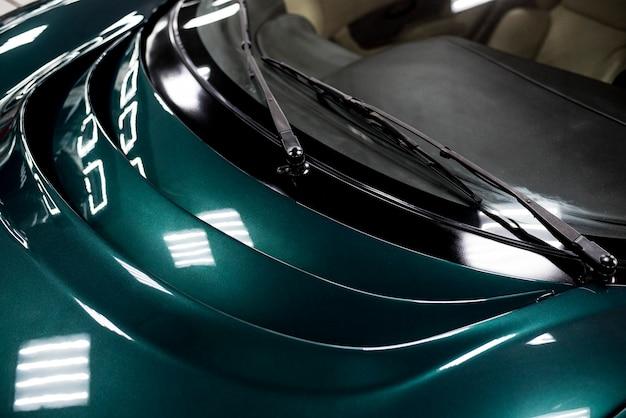 Elementos do pára-brisa de um carro de corrida moderno em close-up