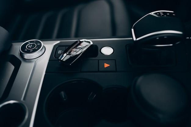 Elementos e detalhes do carro dentro