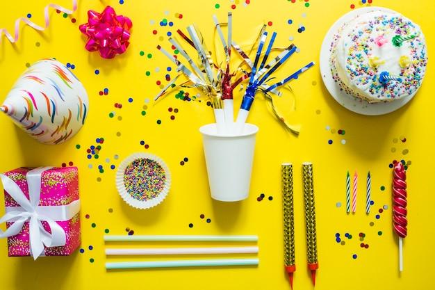 Elementos festivos e bolo de aniversário