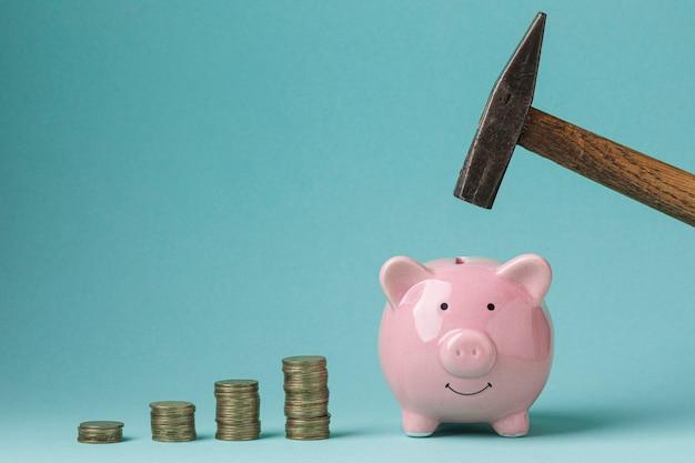 Elementos financeiros de vista frontal com cofrinho rosa