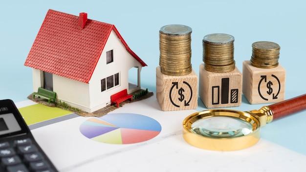 Elementos financeiros em cubos de madeira