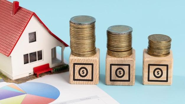 Elementos financeiros em variedade de cubos de madeira