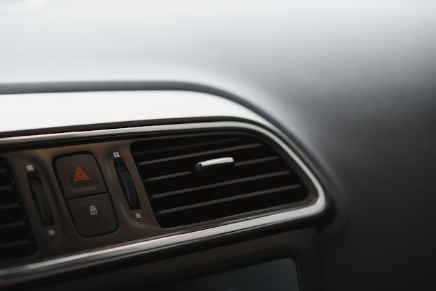 Elementos internos de um carro moderno, close-up