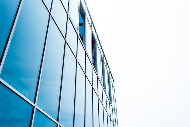 Elementos metálicos da fachada de um edifício moderno.