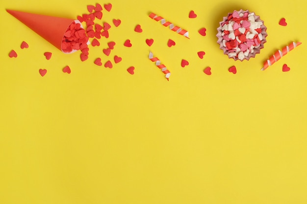 Elementos para a concepção de um bolo doce. doces em forma de coração.
