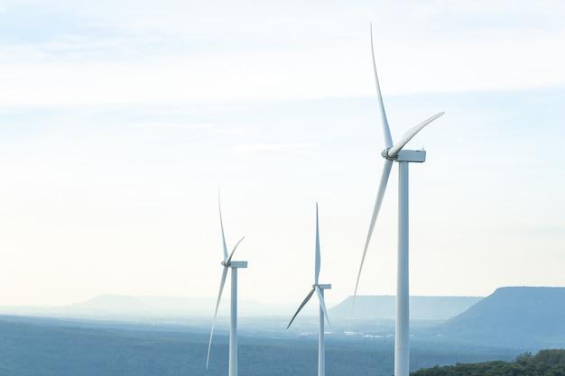 Eletricidade verde da energia da turbina, moinho de vento para a produção da energia elétrica, turbinas eólicas que geram a eletricidade na montanha, conceito da energia limpa.