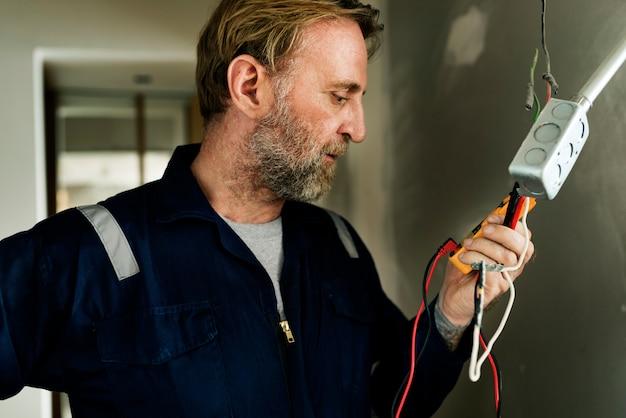 Eletricista que trabalha casa conserto instalação