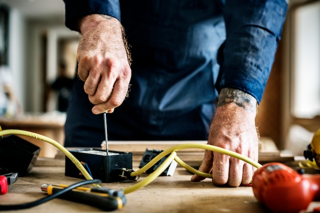 Eletricista que trabalha instalação de conserto de casa