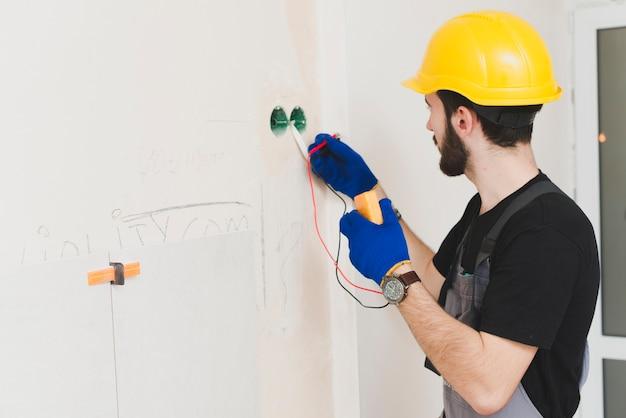 Eletricista trabalhando com cabos