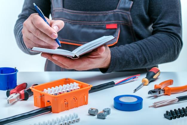 Eletricista trabalhando no painel elétrico