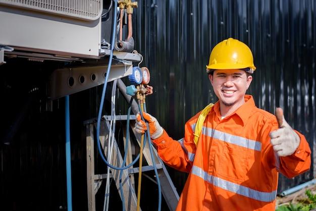 Eletricistas asiáticos do sexo masculino inspecionam sistemas elétricos em edifícios