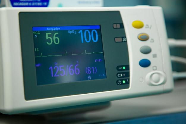 Eletrocardiograma em sala de emergência cirúrgica de cirurgia hospitalar mostrando freqüência cardíaca do paciente