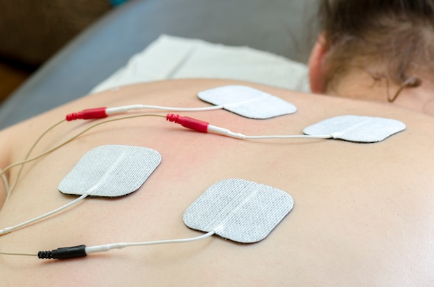 Eletrodos dezenas posicionados para tratamento de dor nas costas em fisioterapia