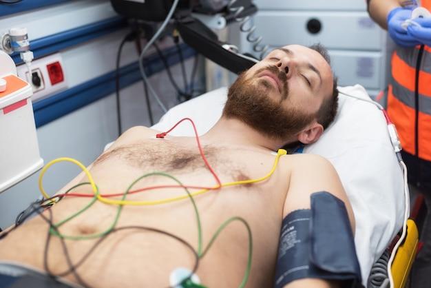 Eletrodos ecg no peito do paciente em ambulância