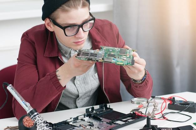 Eletrônica construção reparo desenvolvimento oficina de computador consertando aluno de negócios educação conceito