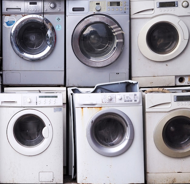 Eletrônica máquina de lavar roupa resíduos velhos, usados e obsoletos equipamentos eletrônicos para reciclagem na indústria de fábrica.
