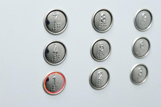Elevador de botão acessível a pessoas cegas