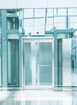 Elevador transparente na passagem subterrânea