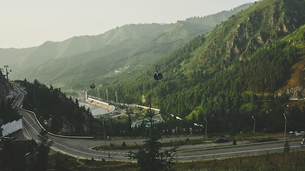 Elevadores e teleférico para as montanhas, paisagem verde verão no cazaquistão almaty, natureza de zailiysky alatau
