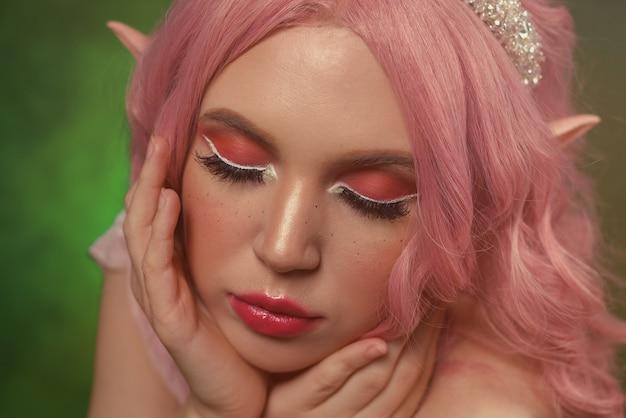 Elf garota com cabelo rosa. maquiagem de mulher de fantasia.