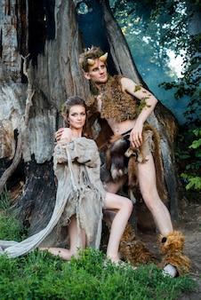 Elfos enamorados. linda fada menina elf e um cara do rei da floresta.o conceito de chelowin