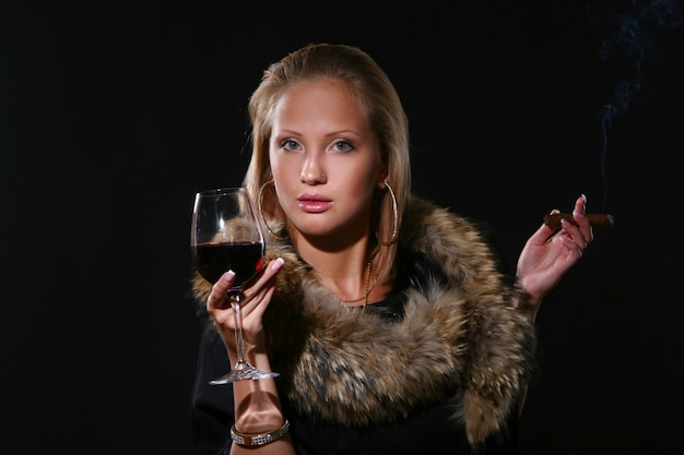 Ellegant mulher bonita com vinho