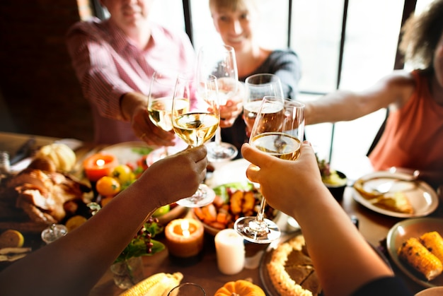 Elogios de pessoas comemorando o conceito de feriado de ação de graças