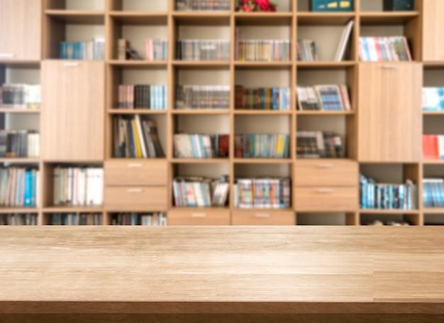 Em branco da mesa superior de madeira na biblioteca