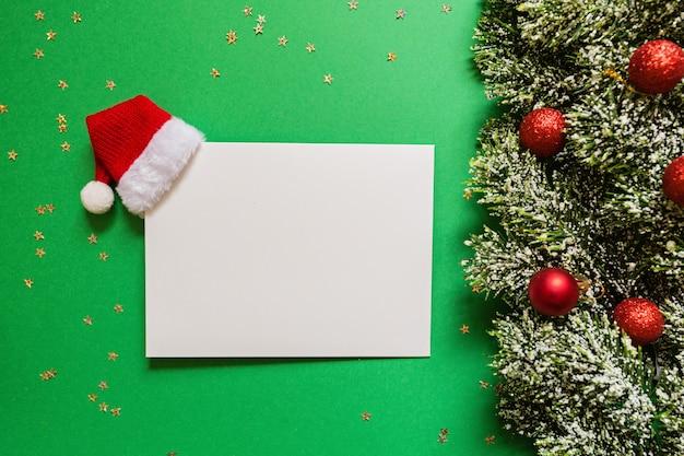 Em branco de papel, galhos de árvores de natal em verde