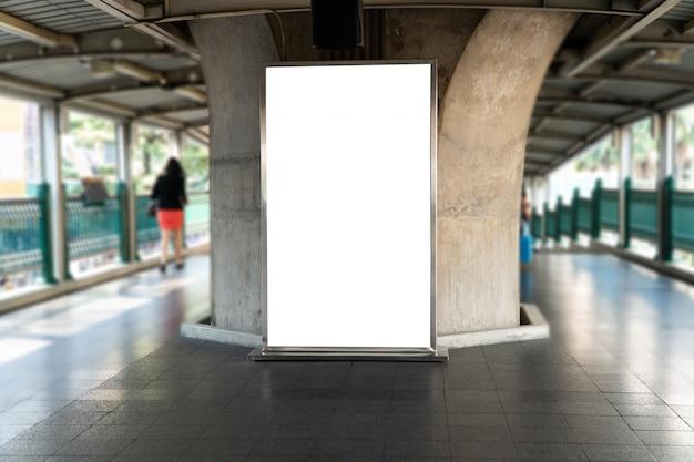 Em branco mock up de outdoor cartaz vertical na perspectiva horizontal pendente na plataforma de trem do céu