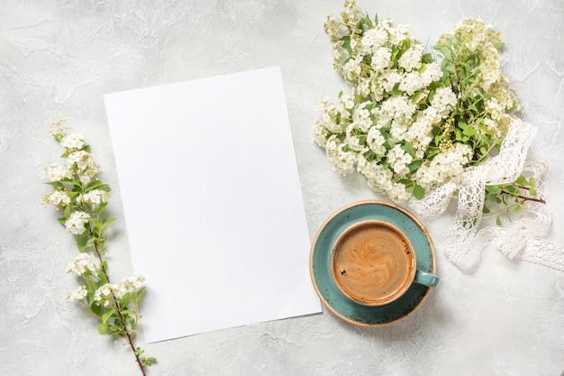 Em branco para texto, manhã café preto e buquê branco primavera flores