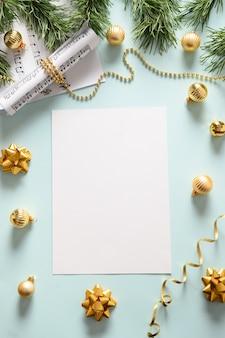 Em branco vertical vazio para canções de natal e canta bolas douradas decoradas no azul