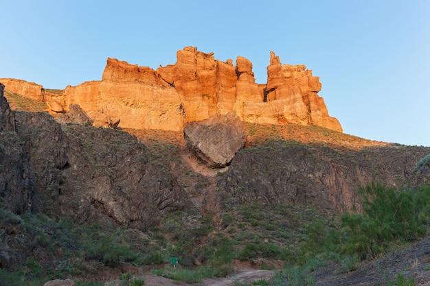 Em charyn canyon, grandes pedras e rochas de várias formas, visite o cazaquistão, pontos turísticos do cazaquistão,