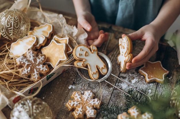 Em cima da mesa, eles jogam um homem de gengibre entre a decoração de natal