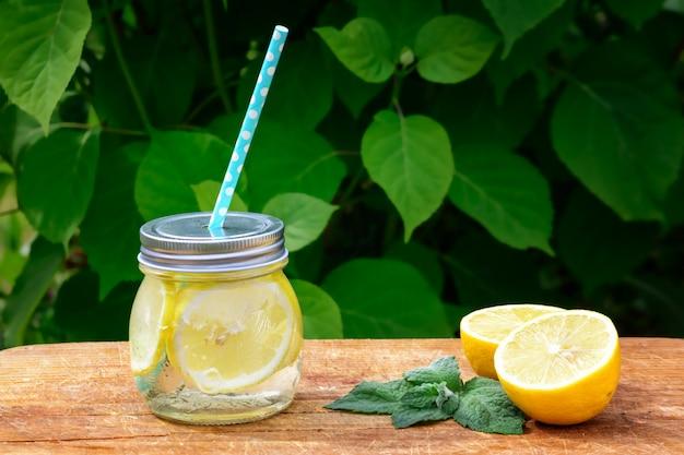 Em cima da mesa está um pote de limonada.