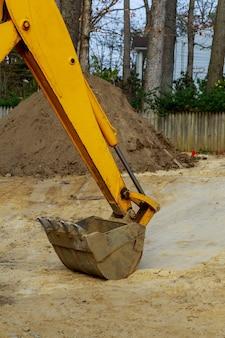 Em construção, com a caçamba da escavadeira ligada durante os trabalhos de terraplenagem
