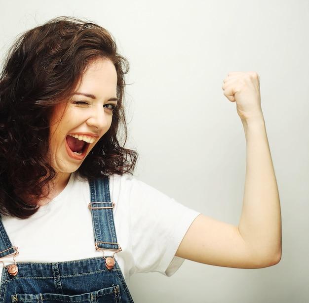 Em êxtase feliz da mulher comemorando ser um vencedor.
