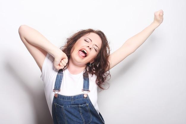 Em êxtase feliz mulher comemorando ser um vencedor.