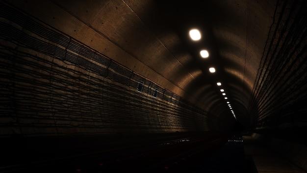 Em fundo de metrô subterrâneo para publicidade em arquitetura antiga e cenário de construção
