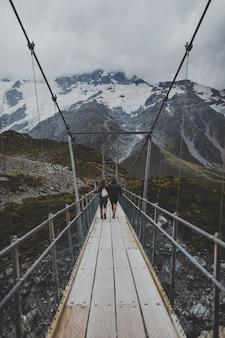 Em hooker valley track com vista do monte cook na nova zelândia