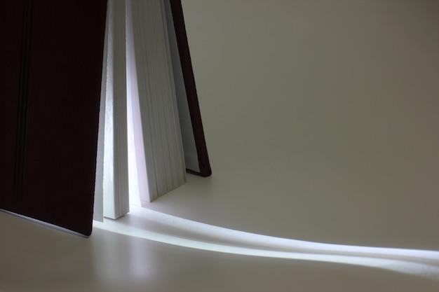 Em pé entreaberto no final do livro com o produto de sua luz